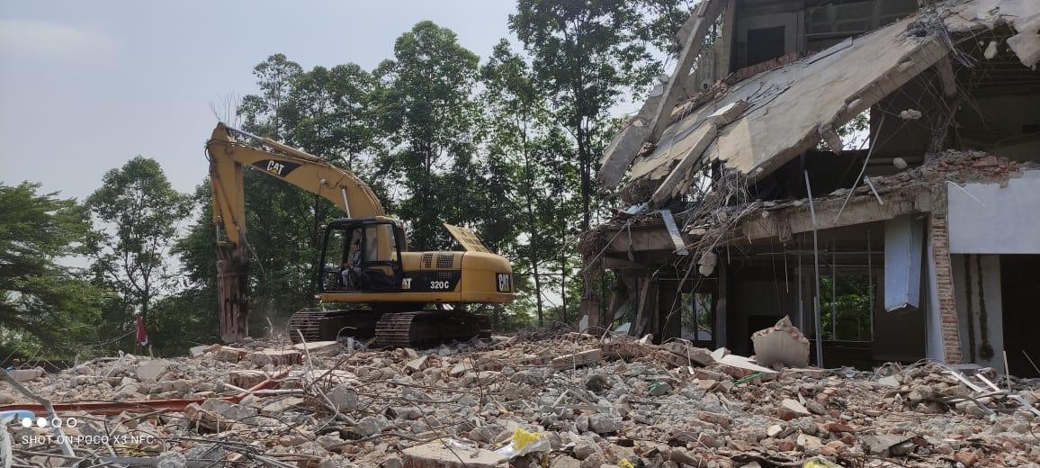 Pembongkaran Gedung Tua di Ancol Jakarta Utara